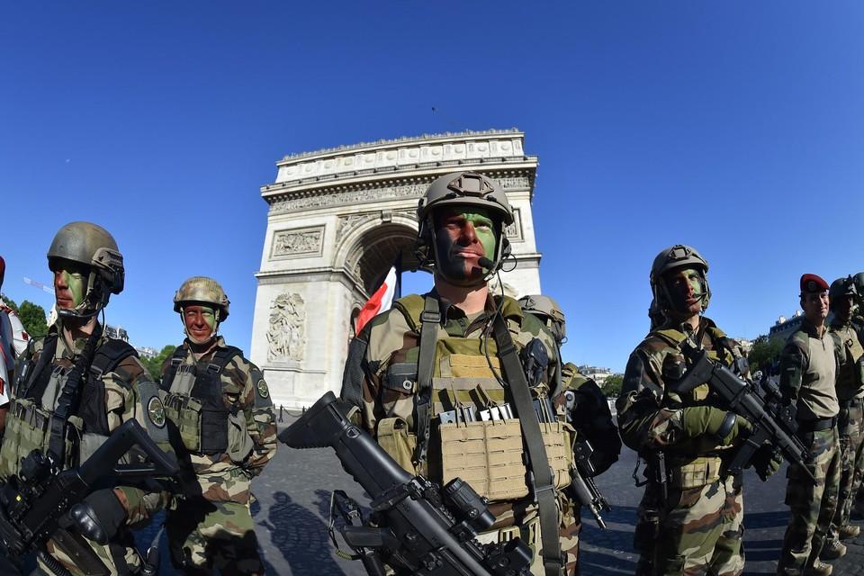 Het leger is niet meer zo trots als meestal op 14 juli, de nationale feestdag.