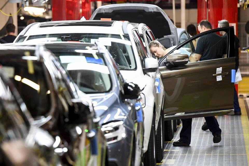 Het tekort aan chips blijft de auto-industrie parten spelen.