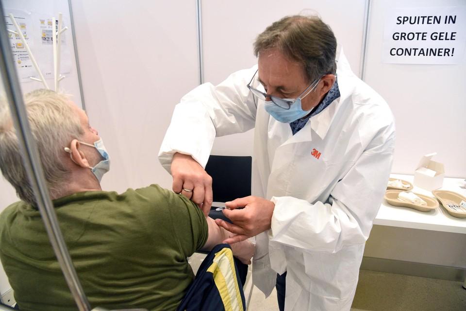 """""""Tegen eind april zouden bijna alle 65-plussers de kans gehad moeten hebben om gevaccineerd te worden"""", zegt Vlaams minister Wouter Beke."""