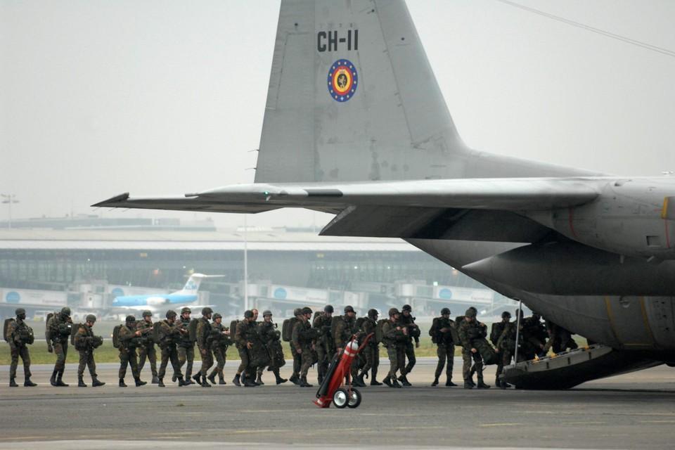 Belgische militairen stappen aan boord van een C-130 (archieffoto).