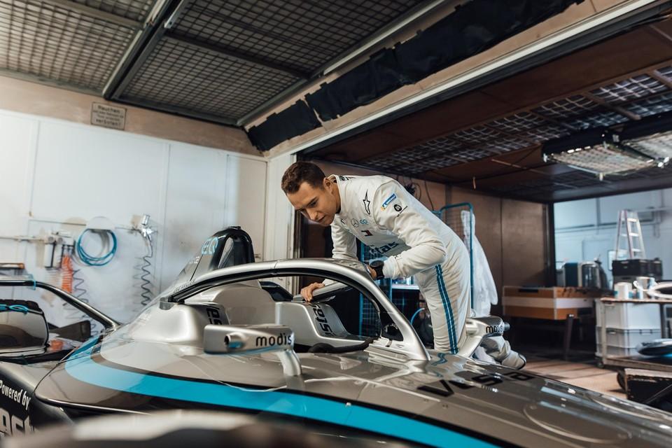 Stoffel Vandoorne buigt zich over zijn nieuwe Mercedes.