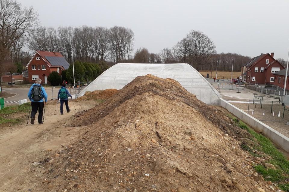 De grondwerken op de nieuwe boogbrug liggen door corona al zes weken stil.