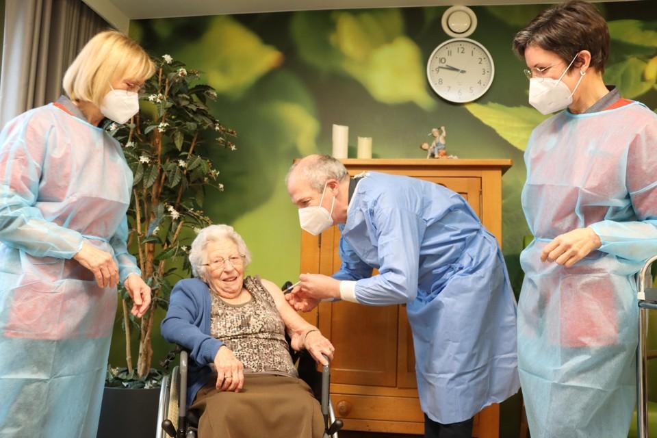 Truike Vastmans is blij, want ze krijgt van arts Werner Smits een eerste vaccin tegen het coronavirus.