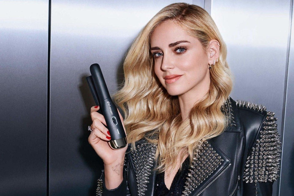 Fashionista Chiara Ferragni met de stijltang in de reclamecampagne