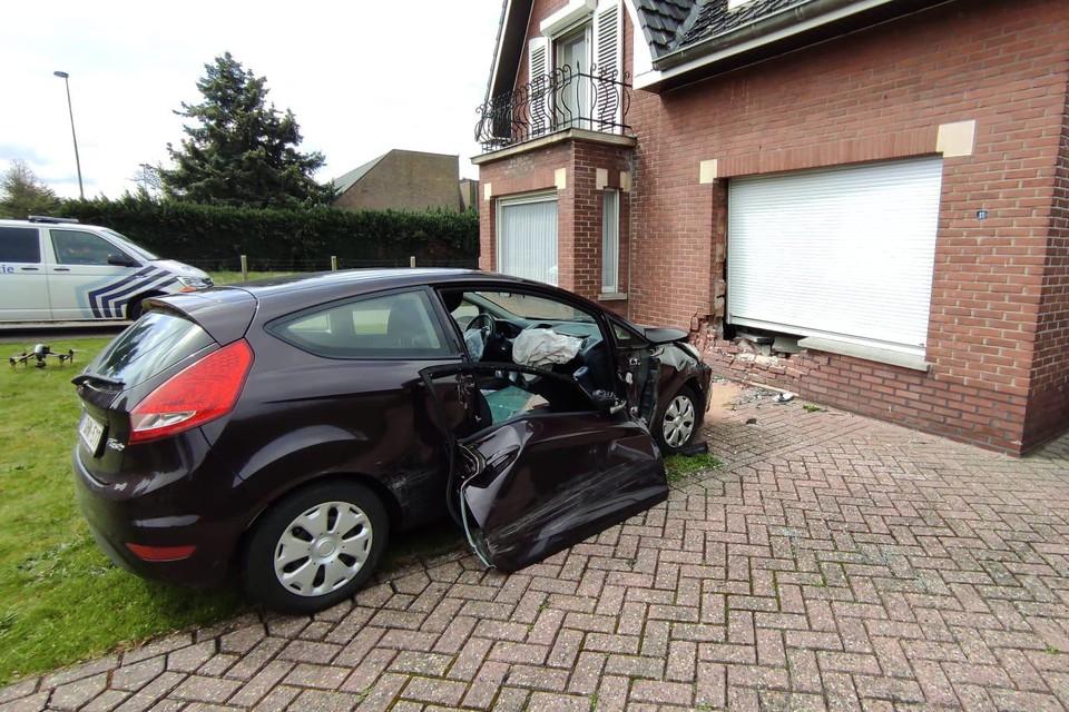 De auto belandde tegen de voorgevel van een huis.
