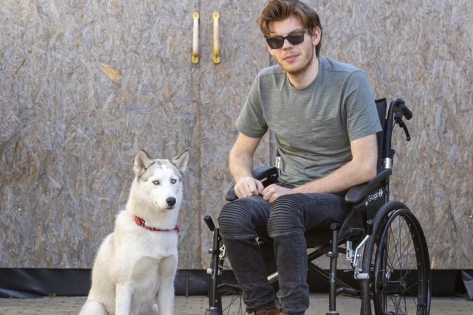 Luuk en zijn hondje Lotje.