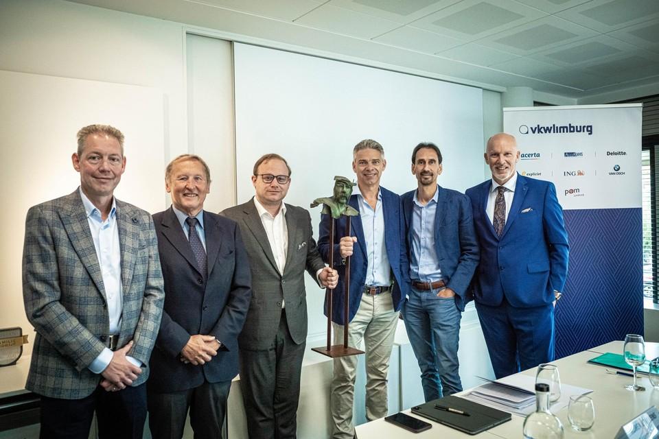 V.l.n.r.: Burt Nelissen (Nelissen), juryvoorzitter professor Sleuwaegen, Ruben Lemmens (VKW), Carlos Jorissen (Nelissen), Joeri Gevers (Nelissen) en Marc Meylaers (VKW).
