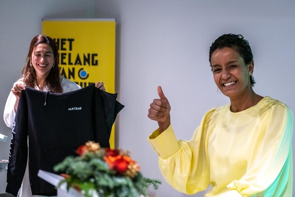 Meryame Kitir (sp.a) had een cadeautje bij voor haar collega's. Een trui met het opschrift 'Mateke'.