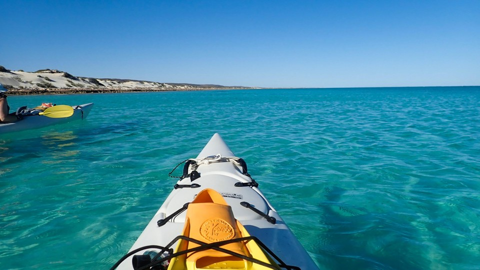 Berkayak dengan tenang di perairan biru surga.