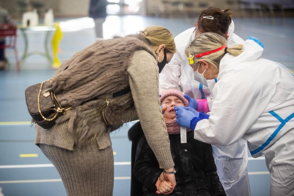 In Sint-Truiden worden de kinderen massaal getest om de grootte van de uitbraak in kaart te brengen.