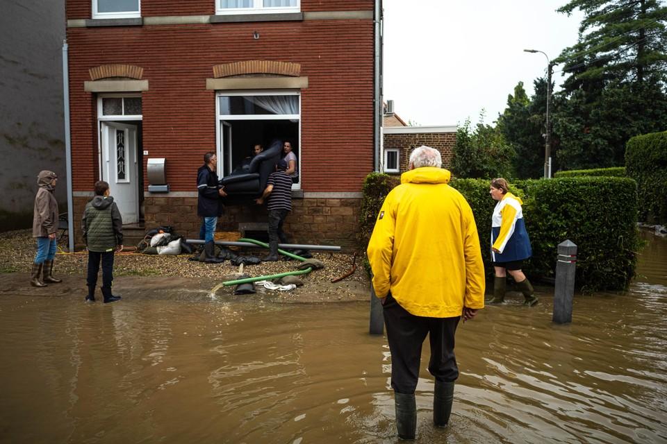 Donderdagmiddag was het meeste water uit de straten weggelopen en werden de kelders leeggepompt. Op straat werden vernielde meubels verzameld.