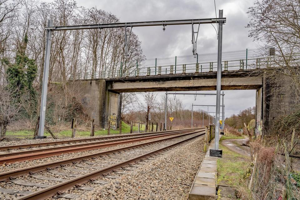 De spoorwegbrug aan de Zolderseweg in Zolder wordt vaak gebruikt door fietsers.