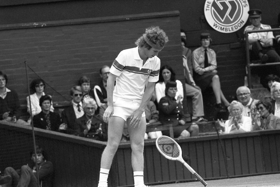 De microshort wordt ook wel de tennisshort genoemd. Vooral tennisser John McEnroe is bekend om het dragen van het kledingstuk.