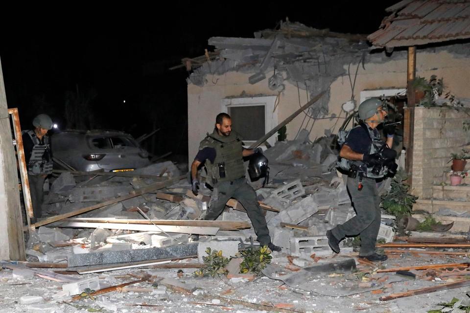 Israëli's inspecteren een getroffen huis nabij Tel Aviv.