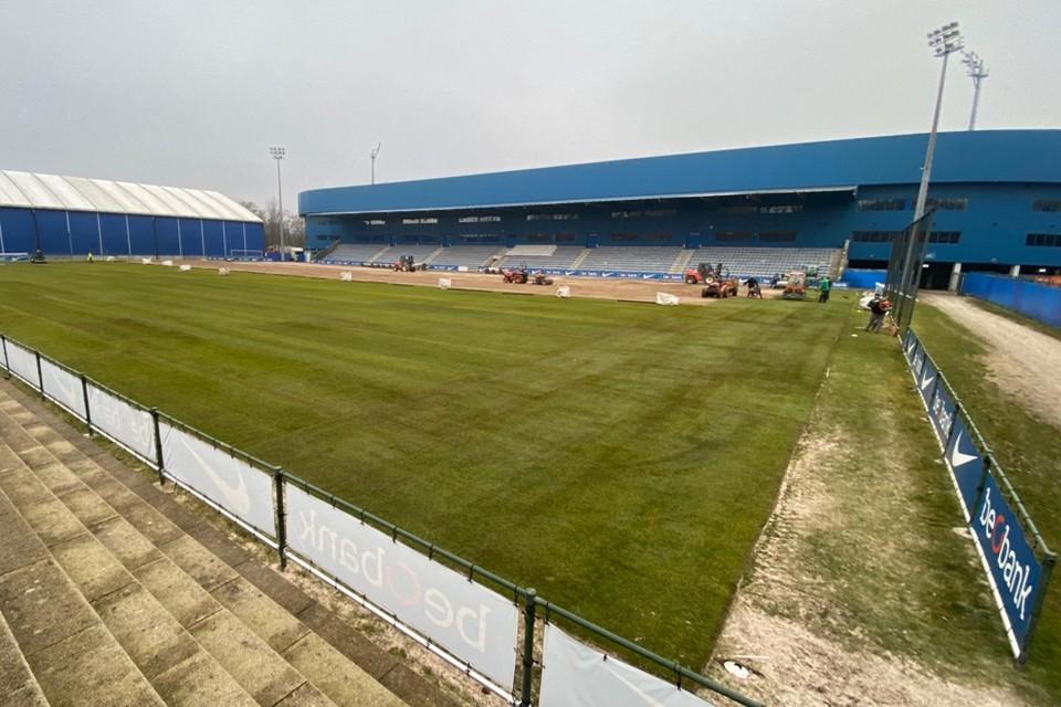 Donderdag wordt de nieuwe grasmat aangelegd.