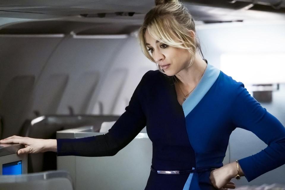 Kaley Cuoco schudt het personage van Penny uit 'The Big Bang Theory' van zich af in 'The Flight Attendant'.
