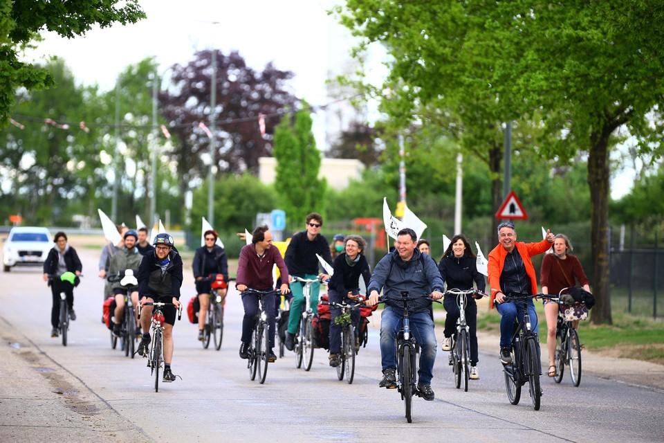 Actiegroep Tegengas fietst deze week langs acht mogelijke bouwlocaties voor gascentrales.