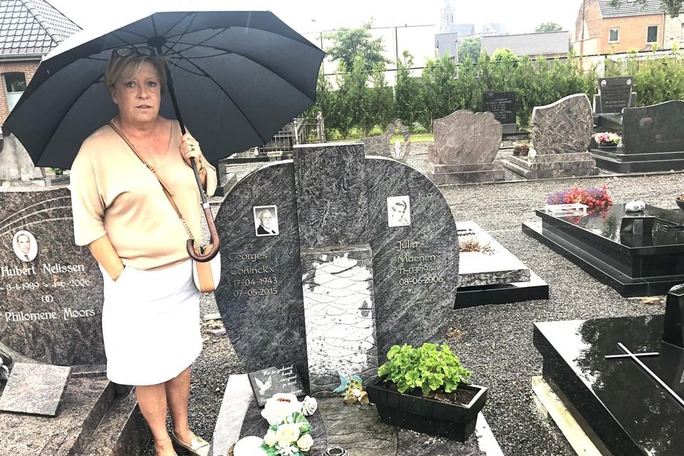 """Liliane bij het graf van haar ouders. """"De diefstal moet tussen dinsdag en vrijdag gebeurd zijn, want maandag was het kunstwerk er nog."""""""