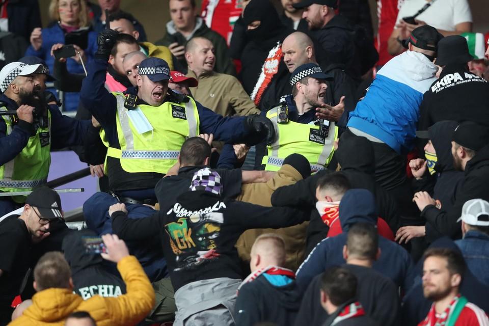 Pijnlijke taferelen voor de aftrap van Engeland-Hongarije. In afwachting van nieuwe sancties opgelegd door de UEFA kondigde de Hongaarse federatie straffen tegen onruststokers aan.