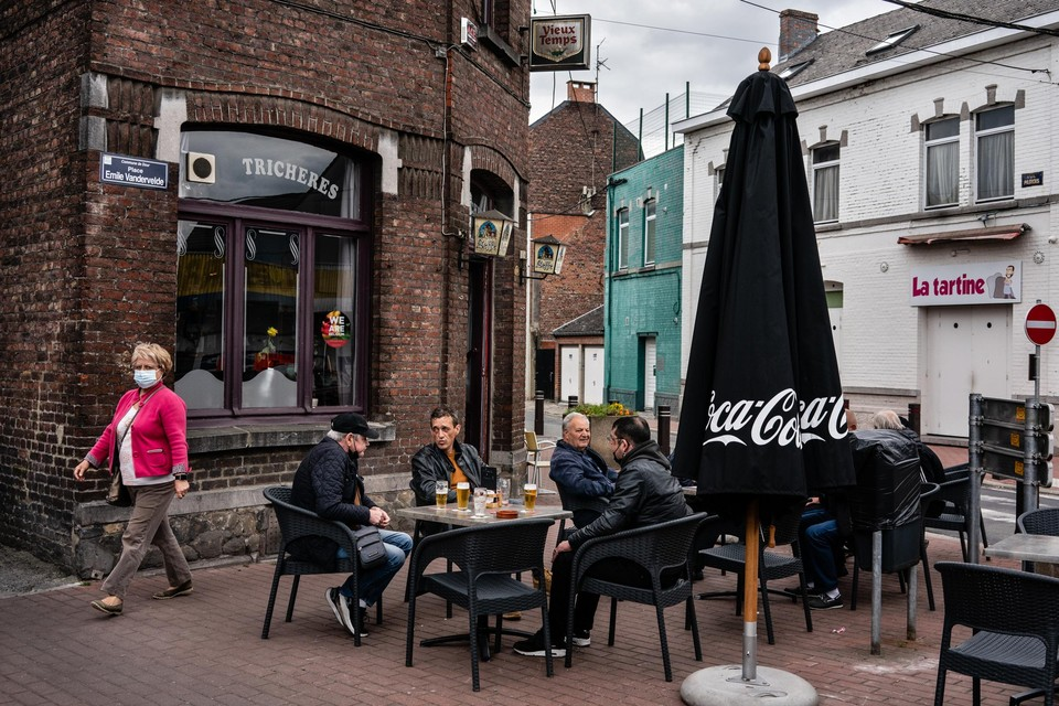 Een terras in Dour. Een op de drie Franstaligen in België zou zich niet willen laten vaccineren, in minder welvarende streken zoals hier ligt dat zelfs nog lager.