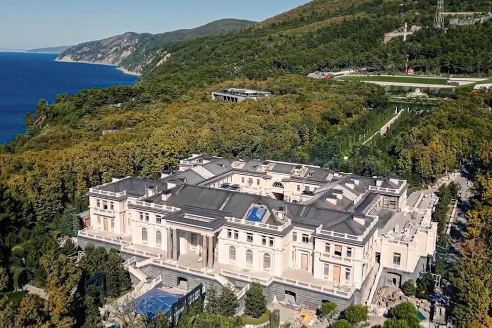 Een dronebeeld van het 68 ha grote complex van  Poetin op een klif aan de Zwarte Zee in Krasnodar. Geschatte waarde: 1 miljard euro.