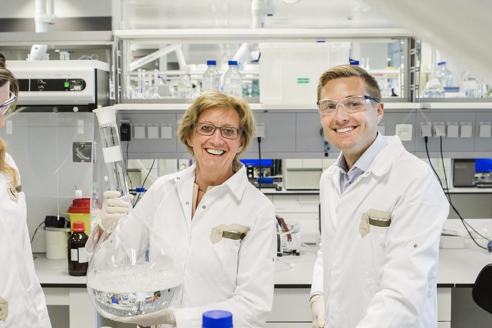 Dierenartsen Sarah Broeckx (links) en Jan Spaas in het laboratorium waar ze vernieuwende dierengeneesmiddelen testen.