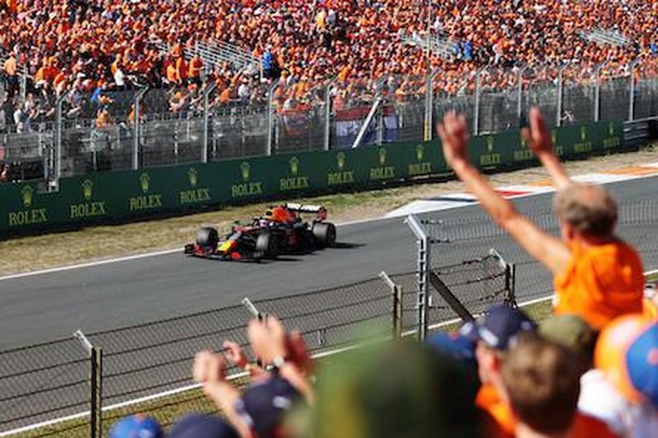 Max Verstappen viert samen met fans zijn overwinning
