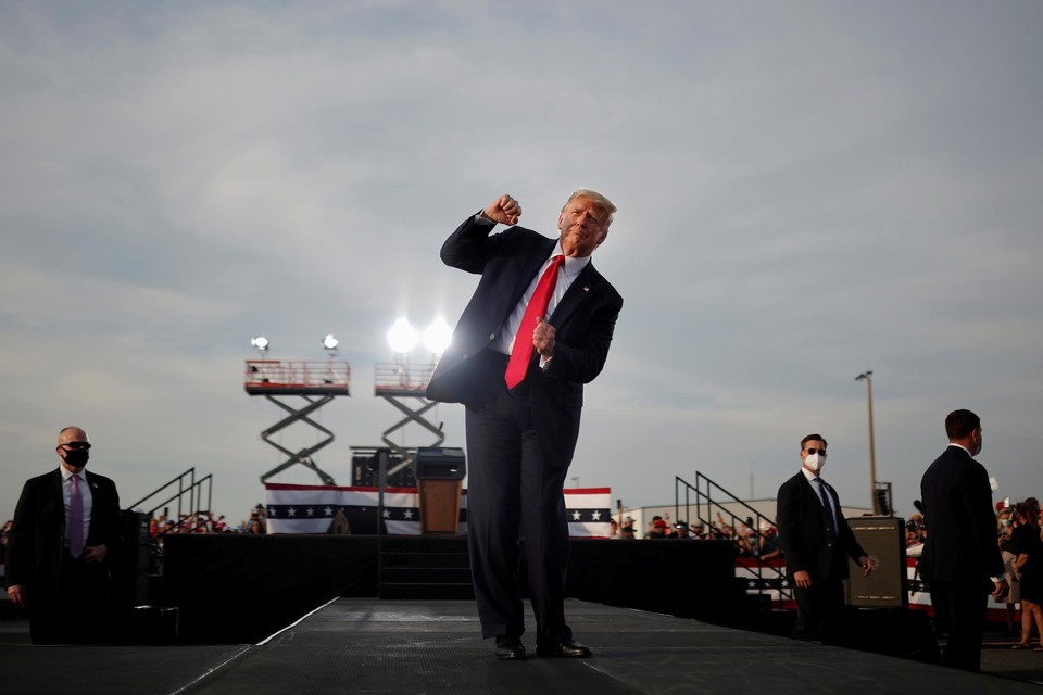Oktober 2020. Trump houdt van massa-evenementen en de aandacht die hij er krijgt. In Florida slaat hij op het eind aan het dansen op de tonen van YMCA van de illustere discogroep Village People.