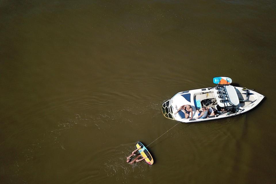 Waterkiërs en wakeboarders moeten hun geliefde watersport beoefenen op bruin water zoals hier in het waterskicentrum aan de Zuid-Willemsvaart in Lanklaar.