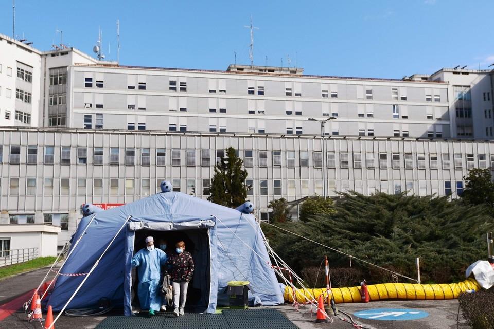 Een vrouw verlaat een pre-triagetent in een ziekenhuis in Cremona, Noord-Italië.