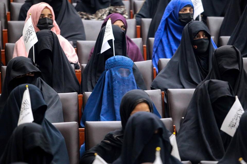 Afghaanse studenten luisteren naar vrouwelijke sprekers op een pro-taliban-evenement