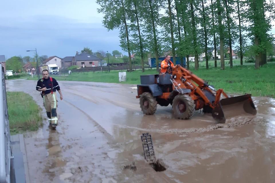 Buurtbewoner Luc zet de grote middelen in om de modder in Nerem weg te krijgen.