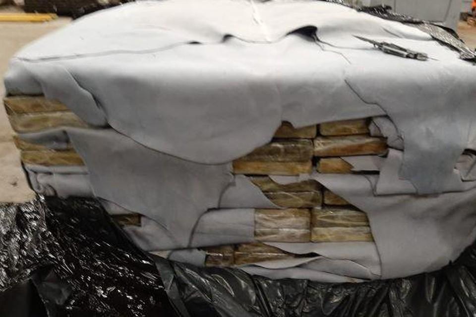 De 11 ton coke zat verstopt tussen een deklading blauw leder.
