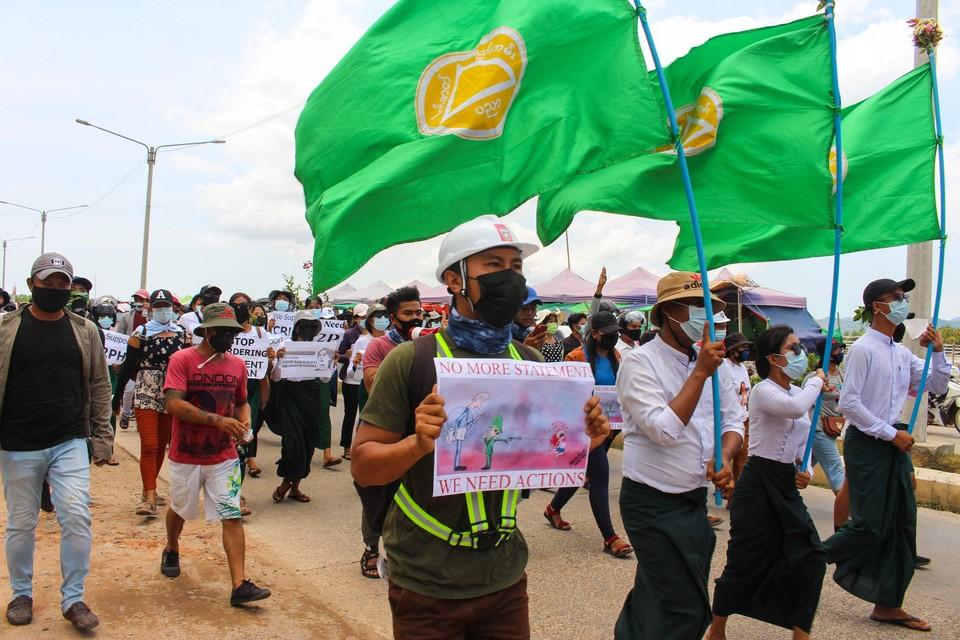 Demonstranten verzetten zich tegen de militaire coup