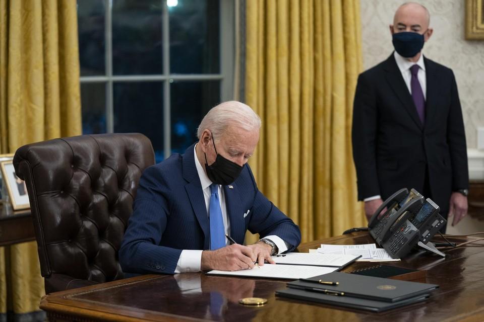 Met de vlak voordien aangestelde minister van Binnenlandse Veiligheid Alejandro Mayorkas aan zijn zijde, ondertekent Joe Biden een decreet over immigratie.