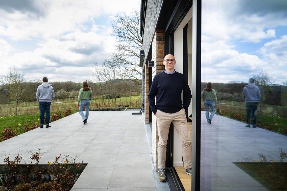 """Jan Martens (46) poseert op het terras van zijn vakantiehuis in Septon. """"Hier heb je alles: rust, ruimte en groen. En wil je ambiance, dan ga je naar het centrum van Durbuy."""""""