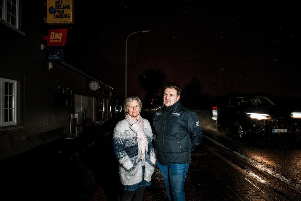 Christel Buteneers en partner Luc baten in Tongeren een onzichtbare krantenwinkel uit als de straatverlichting niet brandt.