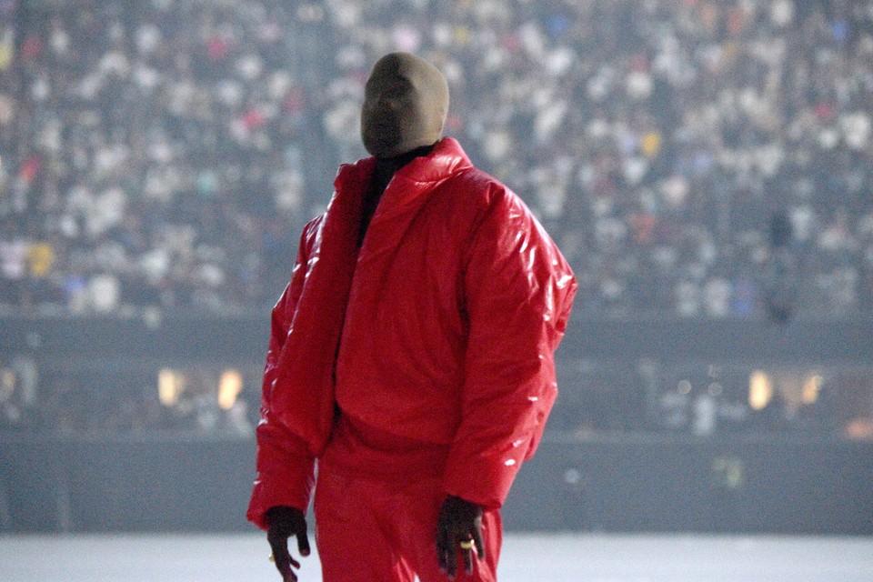 Het hele gezicht van de rapper werd verborgen achter een bivakmuts.