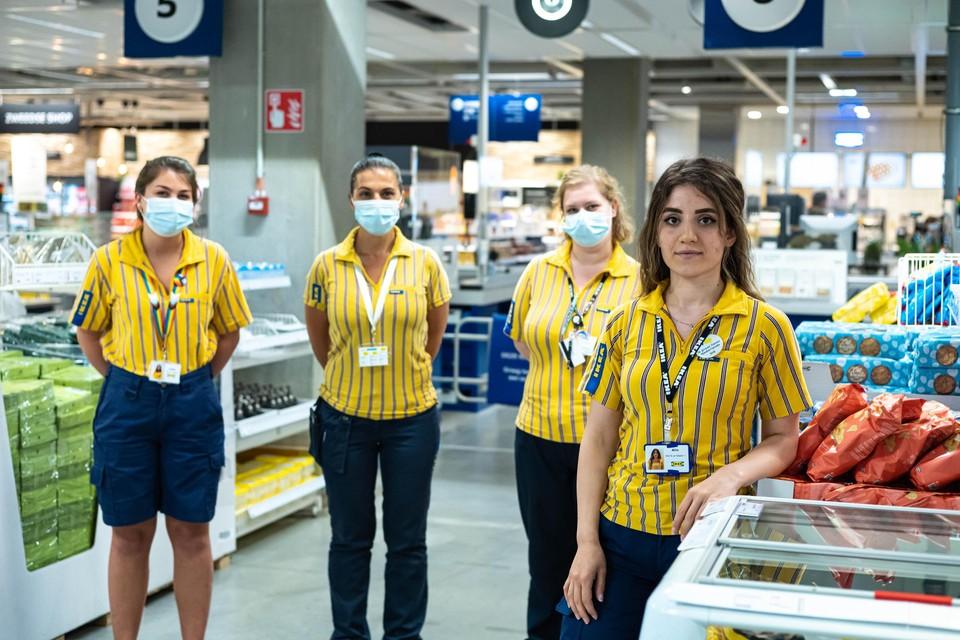 Alin (rechts) langs haar meters Stefanie en Ayse en Lobke (links), die het project in goede banen leidt.