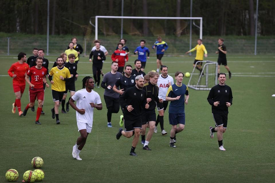 Nu buitensporten weer met 25 personen is toegelaten, wordt er bij Genk VV weer getraind. VV is één van de 158 Limburgse ploegen, die volgend seizoen aan de start komen in de provinciale reeksen.