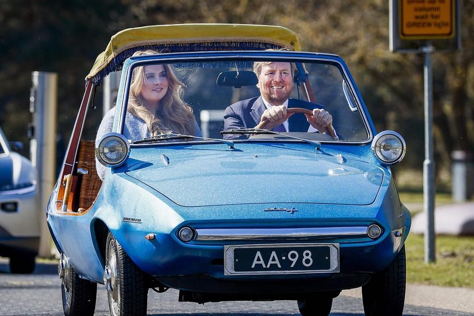 Koning Willem-Alexander viert Koningsag in een unieke DAF-auto. Die kreeg de koninklijke familie cadeau bij zijn geboorte in 1967.