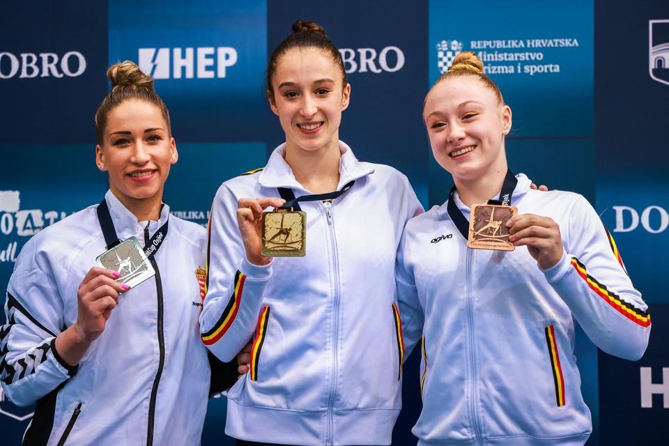 Nina Derwael (midden) en Lisa Vaelen (rechts).