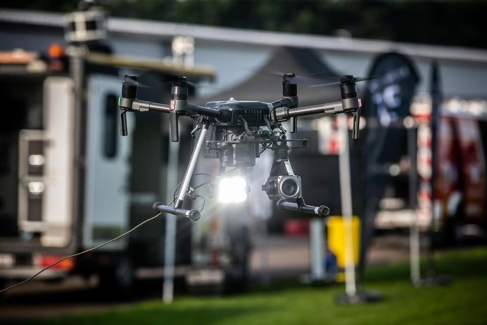Een stroomkabel geeft de drone voeding om langer in de lucht te hangen.