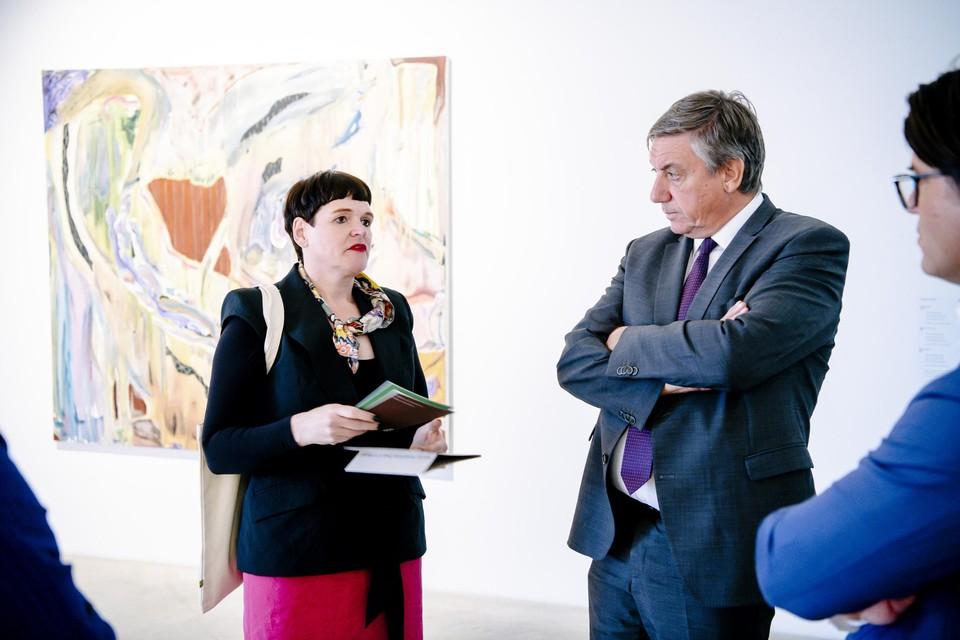 Adinda van Geystelen, artistiek directeur van Z33, met cultuurminister Jan Jambon.