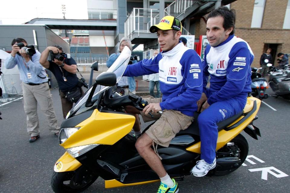 Brivio, achterop bij Valentino Rossi.