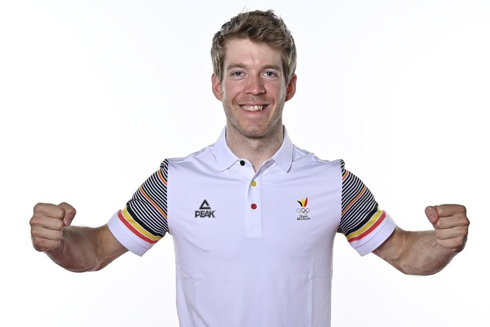 Jens Schuermans poseert in de kledij van Team Belgium.