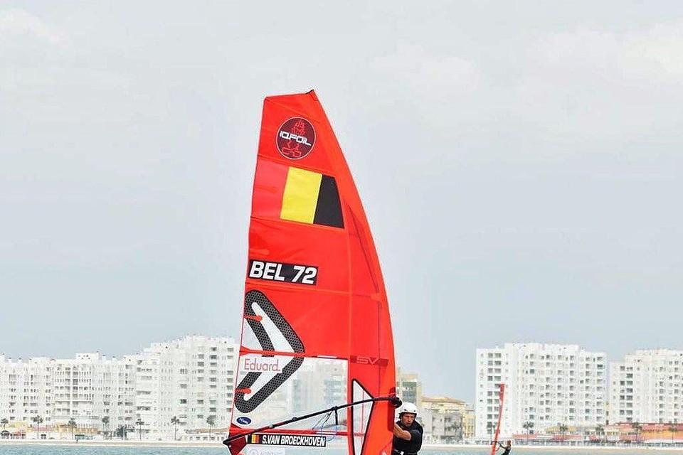 """Steven Van Broeckhoven in actie in het foilsurfen: """"Het is een race, waarbij de deelnemers op een board surfen dat boven het water zweeft."""""""