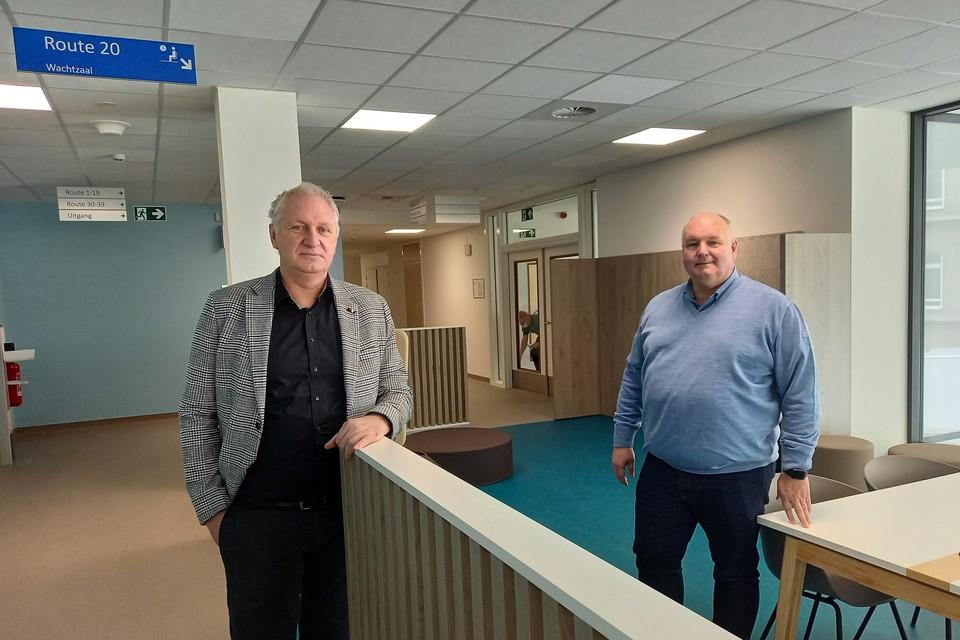 Facilitair directeur Marc Jackmaert en algemeen directeur Eric Christiaens van AZ Vesalius in de wachtzaal van het gloednieuwe dagziekenhuis.