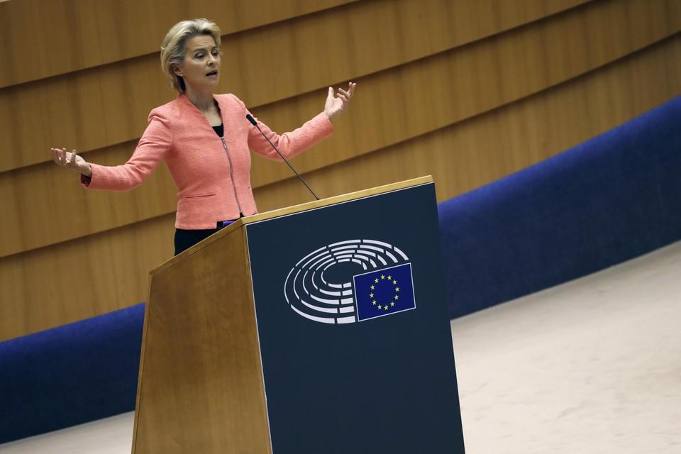 Ursula von der Leyen is duidelijk tevreden met het applaus en de bedankjes na haar 79-minuten lange speech.