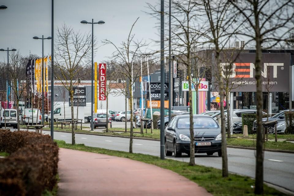 In tegenstelling tot winkels in het centrum van Genk zullen grotere baanwinkels op de Hasseltweg de nieuwe oppervlaktebelasting ook moeten betalen.